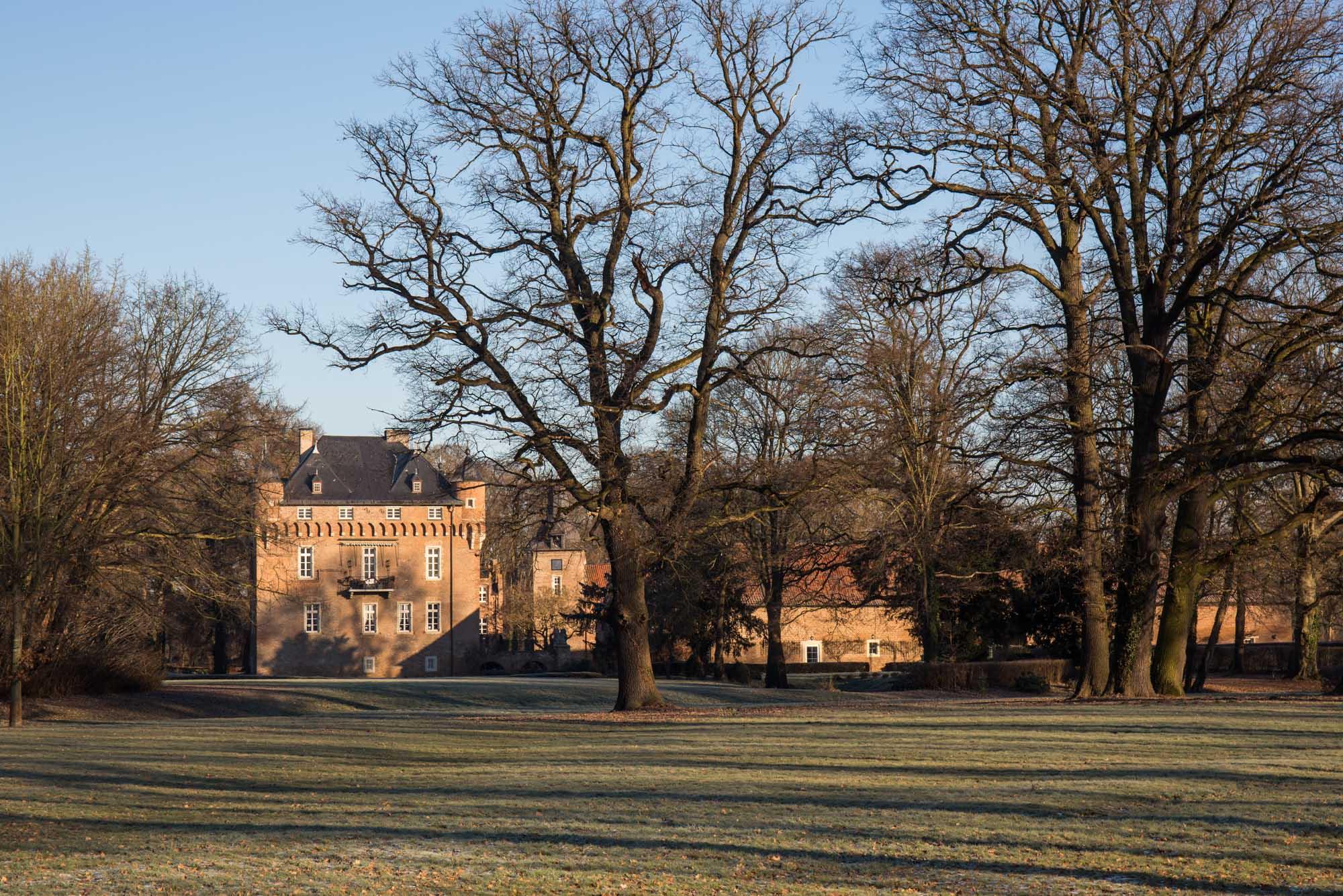 Schloss Loersfeld im Winter mit warmen Sonnenschein