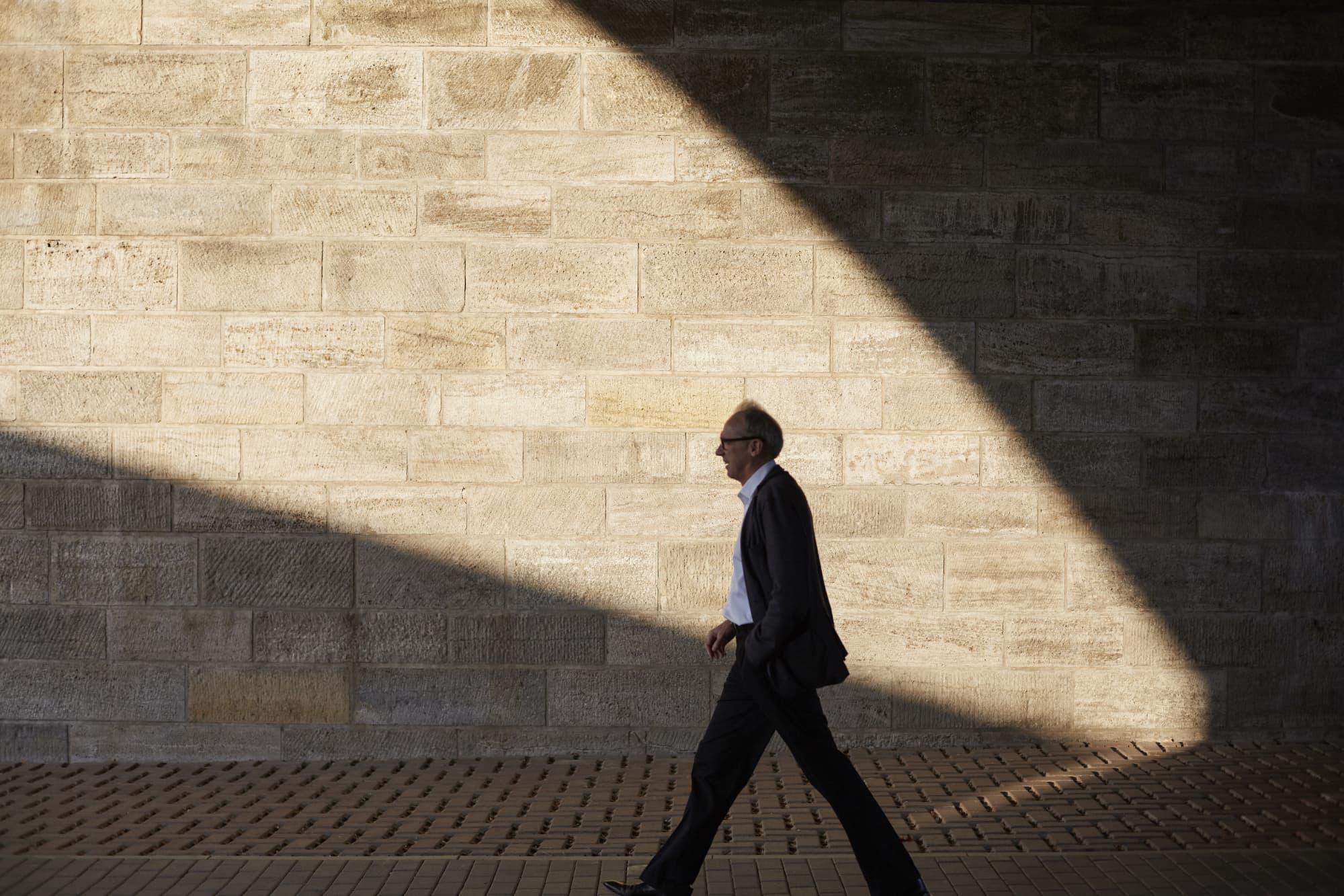 Steuerberater Engels läuft unter Brücke mit dramatischem Lichteinfall her