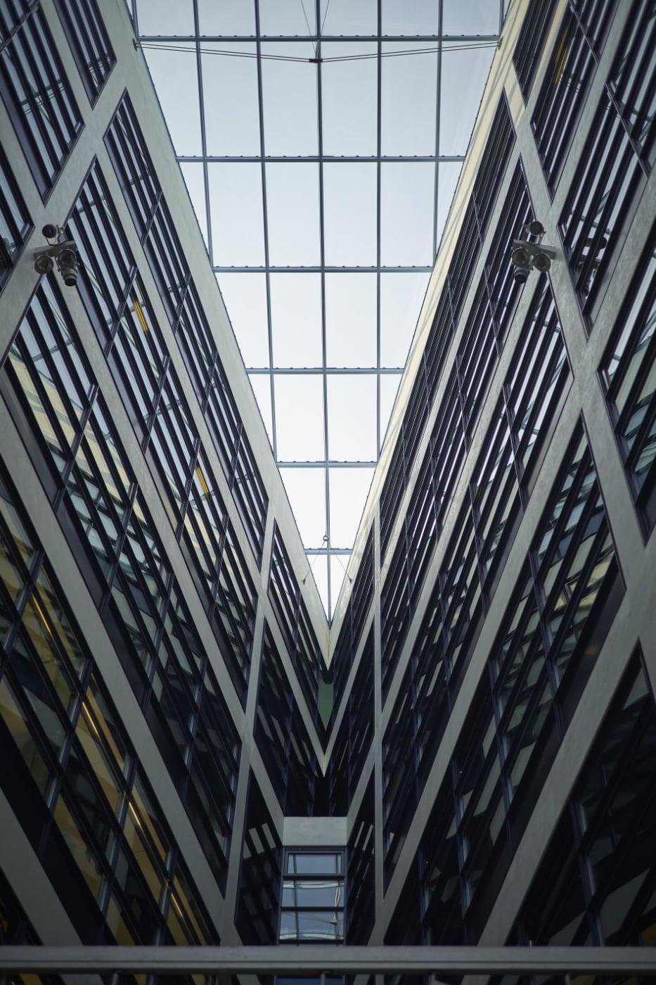Dynamisch Ansicht nach oben zum Dach des Willy-Brandt-Hauses
